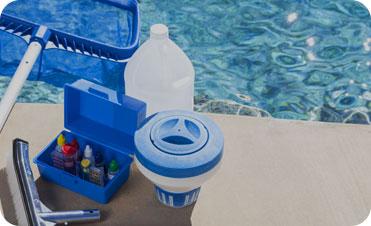 Una serie di strumenti necessari per il controllo dell'acqua della piscina